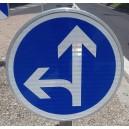 Panneau Obligation de tourner à gauche ou tout droit Classe2