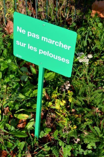 Panneau Ne pas marcher sur les pelouses