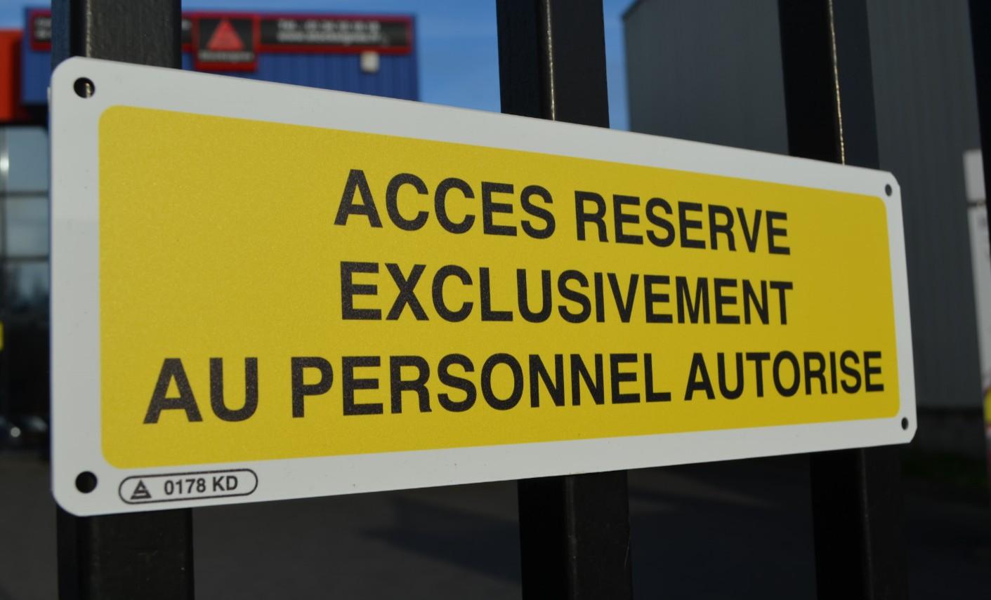 Panneau Accès Réservé exclusivement au Personnel autorisé